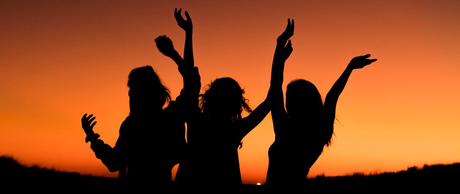 Tre personer jublar och lyfter händerna